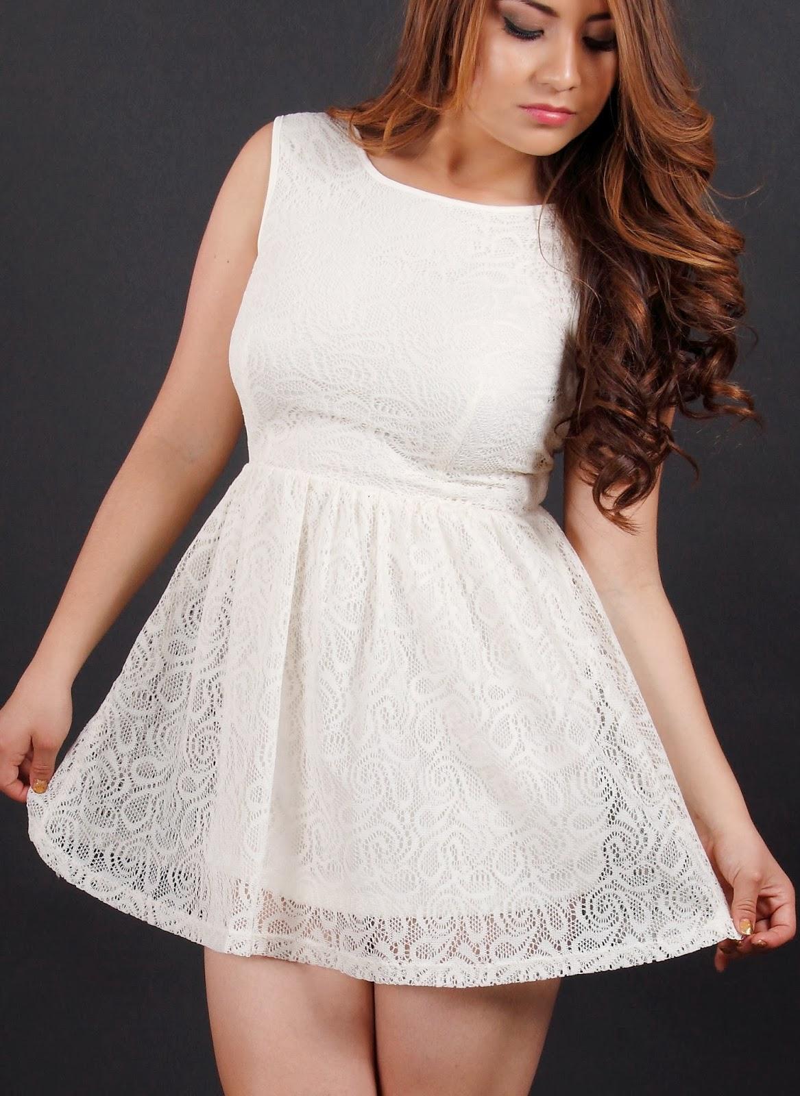 vestido de encaje blanco corto