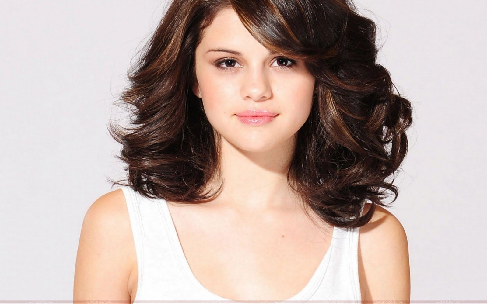 in his shade: selena gomez-hot hd wallpapers