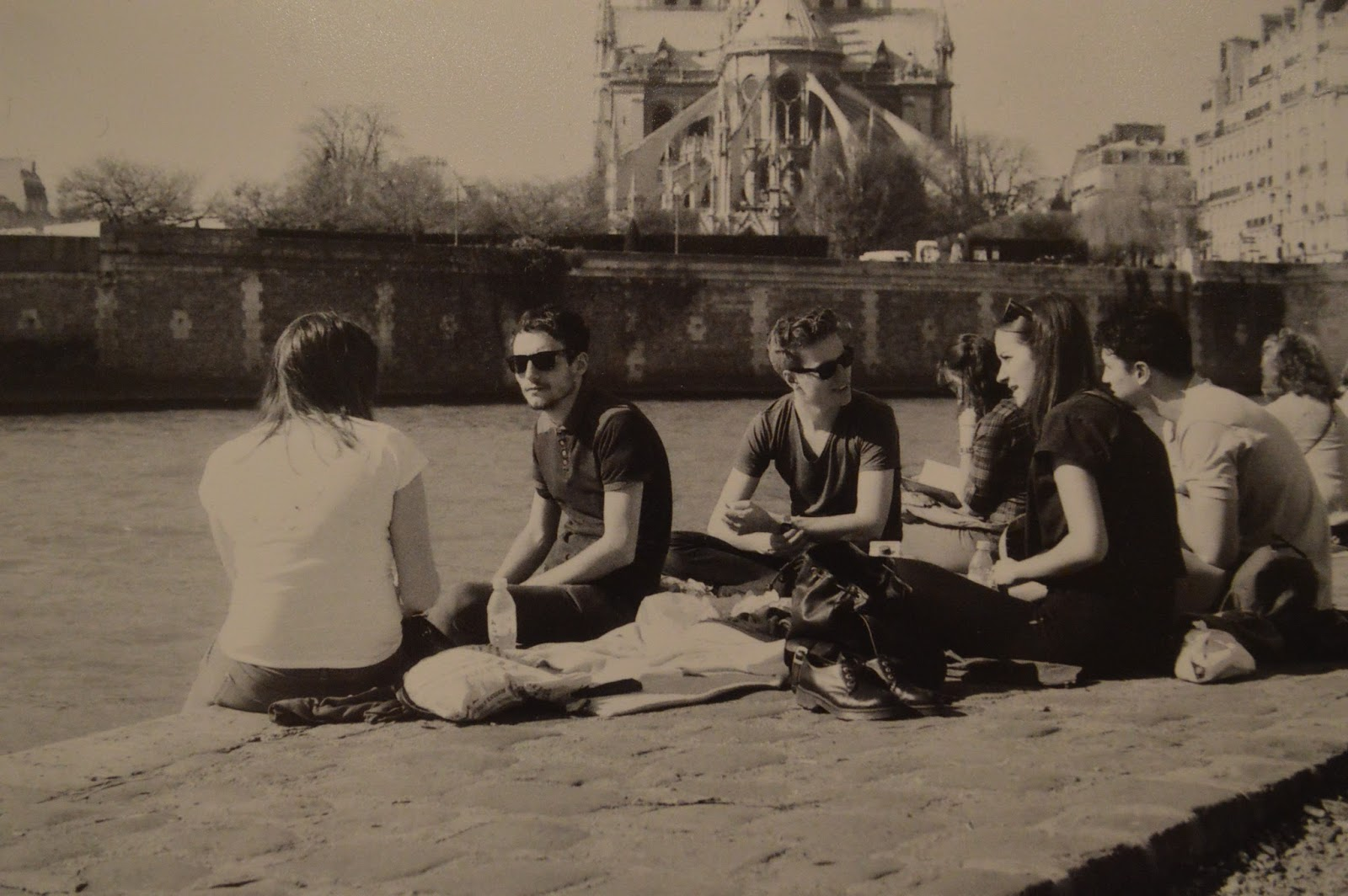 Photography: Friends having a picnic by Notre Dame, Paris