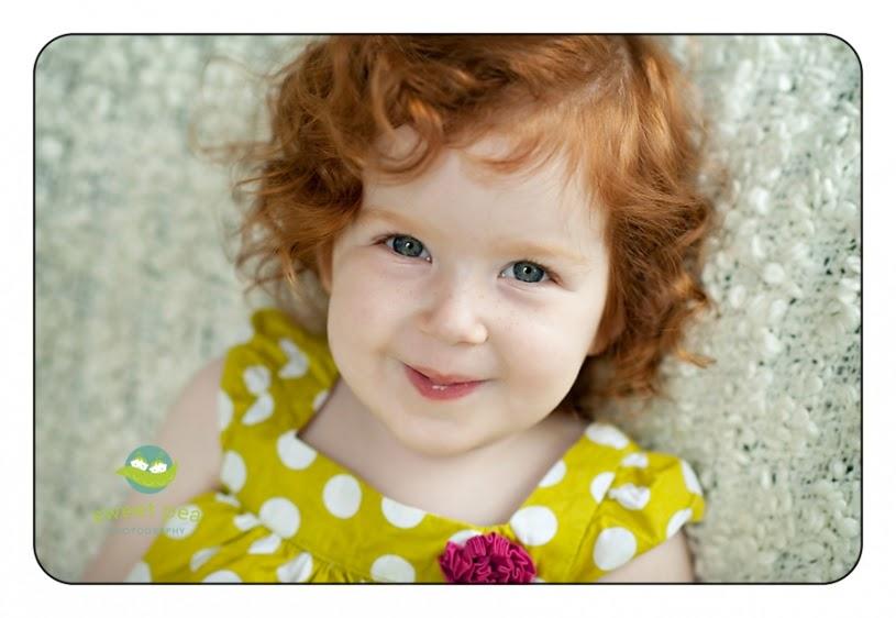 Foto bayi lucu rambut ikal pirang pakai gaun warna kuning