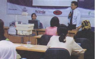 Interaksi antara individu dengan kelompok. (Sumber: Majalah Kartini)