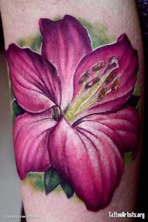 Tatuagem no braço de hibisco roxo