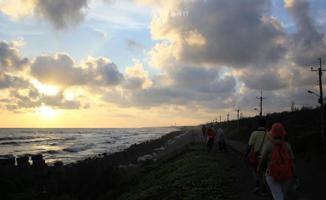 走在海堤上,耳朵被拍打岸邊的浪花聲所佔據,其餘聲響杳然無聲。