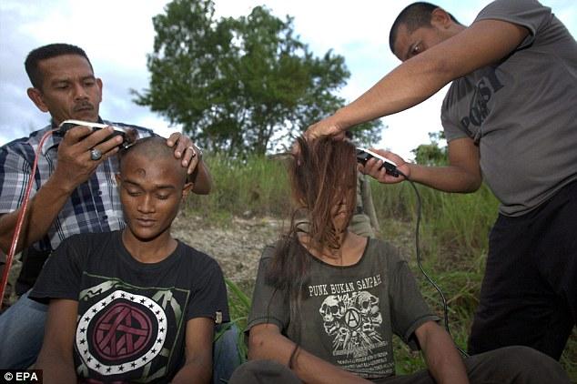 Peminat Rock dicukur kepala