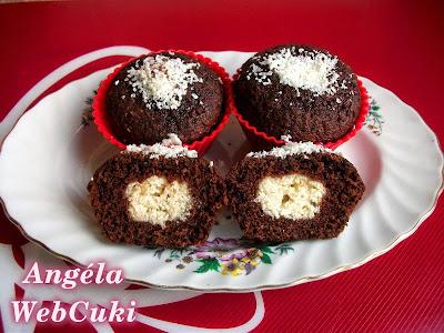 A Túrógolyós csokoládés muffin, egy a közepén citromhéjjal ízesített túrógombóccal töltött, étcsoki tésztás sütemény, tetején egy kevés reszelt fehér csokival.