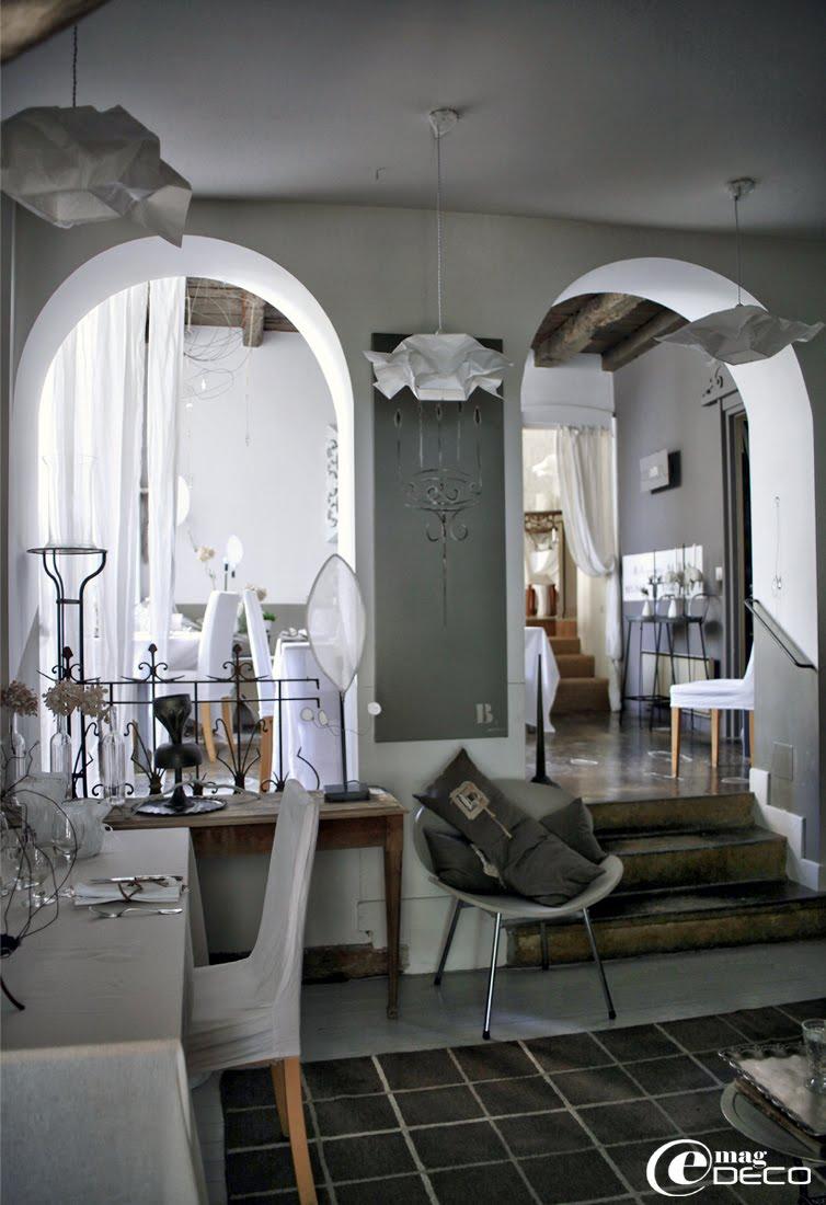La première salle du restaurant 'La Maison sur la Place' est éclairée de luminaires en papier 'Ikea'