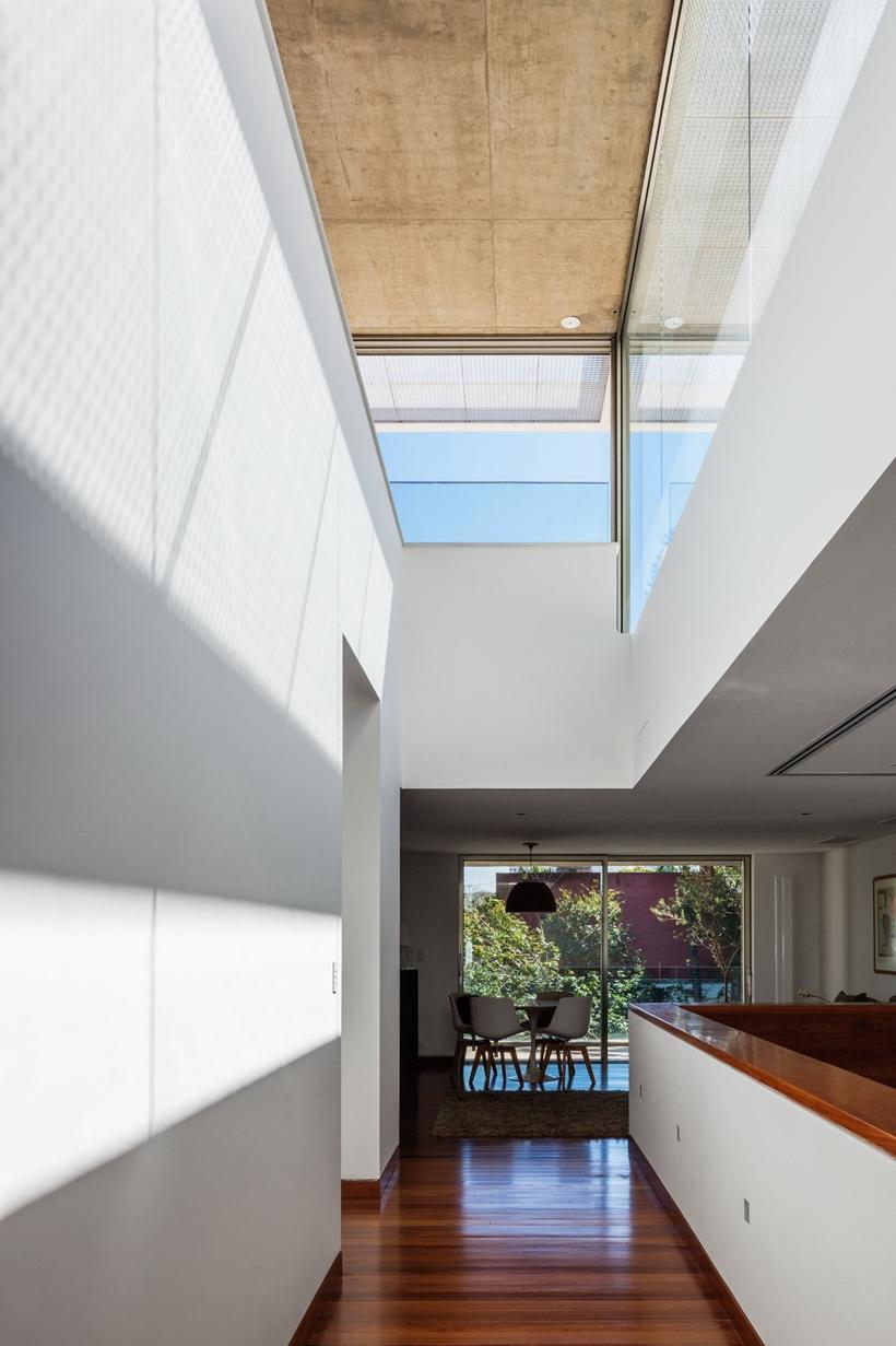 Hallway in Refreshing Brazilian Home by Reinach Mendonça Arquitetos Associados