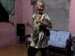 Video: Nenek Tua ini Jago Goyang Dangdut