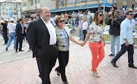 Prefeito Márcio Catão com a mãe, Maria José Catão, e a primeira-dama Cristiane Aguiar, na visita de entrega da Praça Olímpica à população