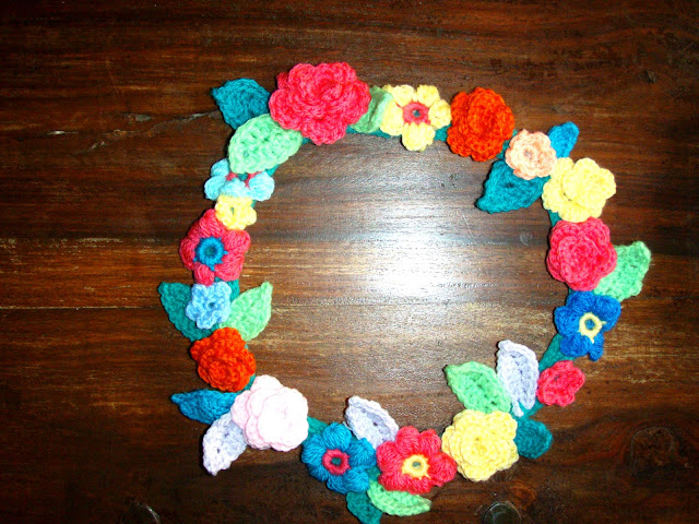 crochet flower wreath roses and puff stich and leaves yarn