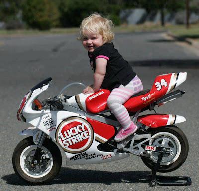 Pequeña bebe en su moto