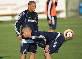 Funny football picture ronaldo and roberto carlos brazil