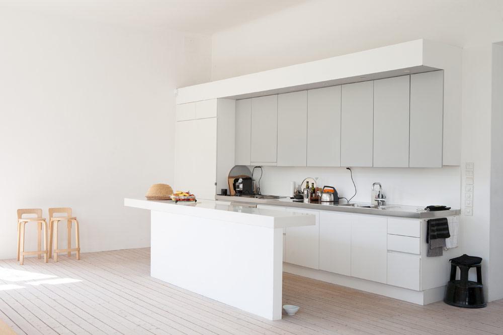 Rom for deg sk nsk sommerhus i minimalistisk stil for Sol pour cuisine ouverte