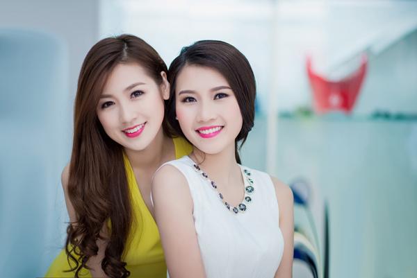 Hai người đẹp cười tỏa nắng trước ống kính.