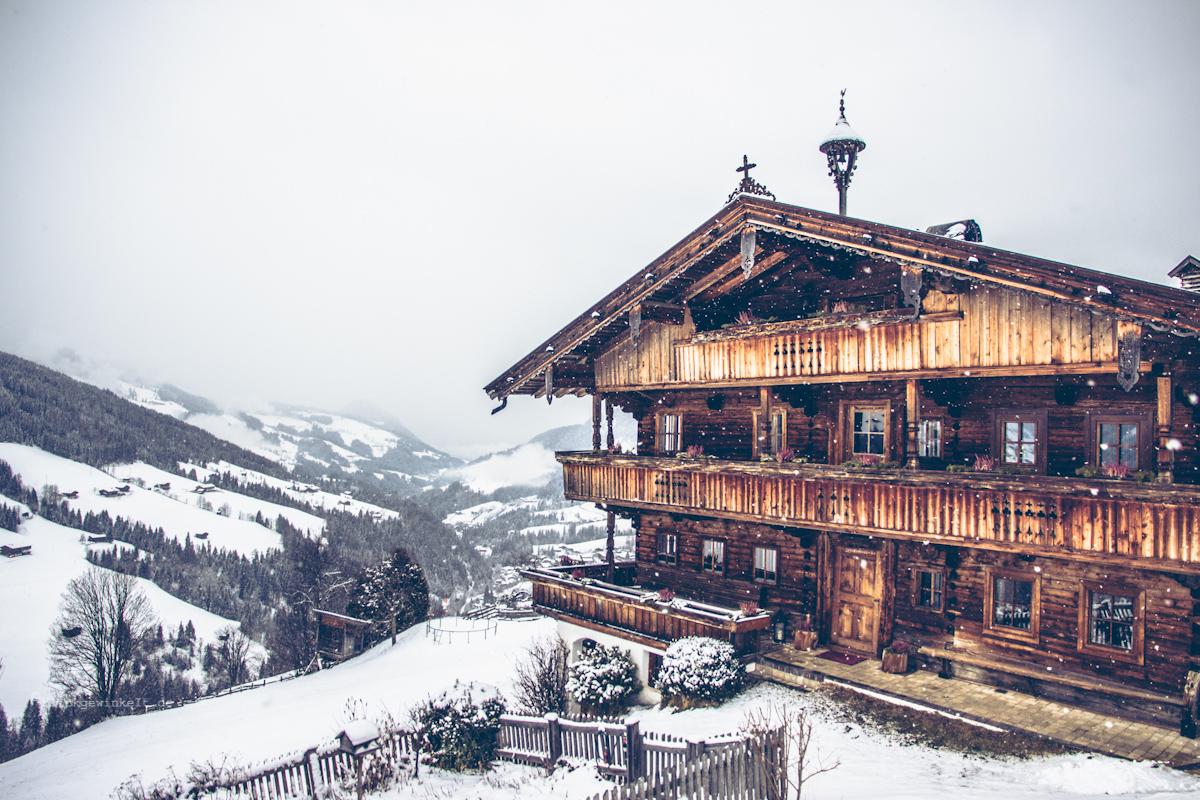 Bauernhof, Holzhaus im Schnee