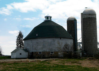 http://4.bp.blogspot.com/-rWRo9IL87Jw/Tb9kTBqXu9I/AAAAAAAAAdY/JOq3leEZLoA/s320/white+barn+green+roof.jpg