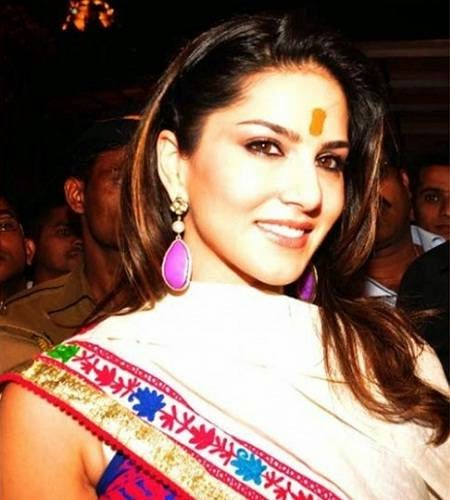 Sunny leone in desi look during a visit to Siddhivinayak temple