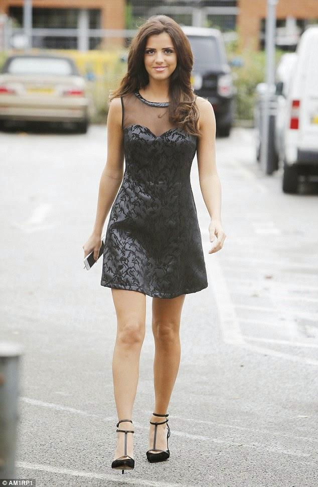 لوسي ميكلينبرج وابتسامة جذابة و هي في الطريق الى متجرها