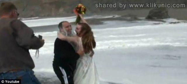 http://4.bp.blogspot.com/-rXKRTbJdzIQ/TXiWF0JetoI/AAAAAAAAQqA/Ic39nX0ZaDk/s1600/wedding_splashes_640_02.jpg