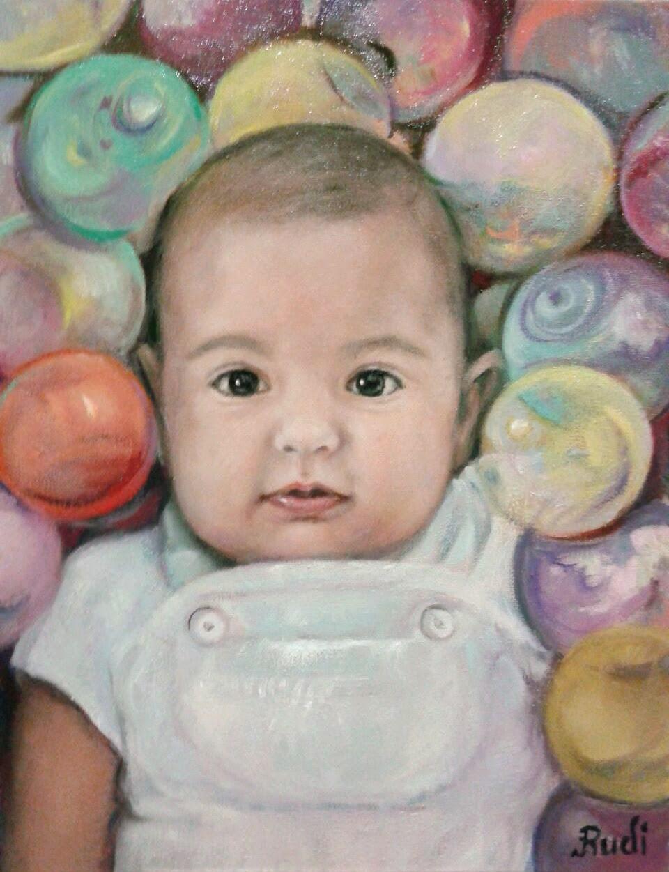 Retrato niña bebé cuadro al óleo de pintora Rudi, fondo bolas colores.