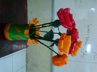 di atas terlihat bunga yang terbuat dari botol bekas air mineral