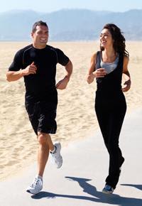 تمارين رياضية للزوجين - رجل وامرأة يجريان - رياضة الجرى - man-and-woman-running-and-laughing -