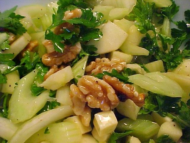 Salade de céleri, pomme, cheddar et noix