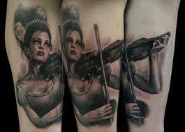 Tatuagem de instrumentista tocando violino