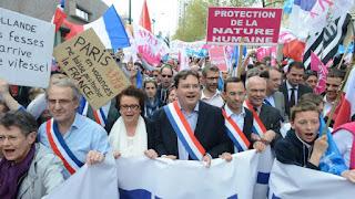 Christine Boutin et Marc Le Fur dans un cortège dans les rues de Rennes, dimanche 5 mai.