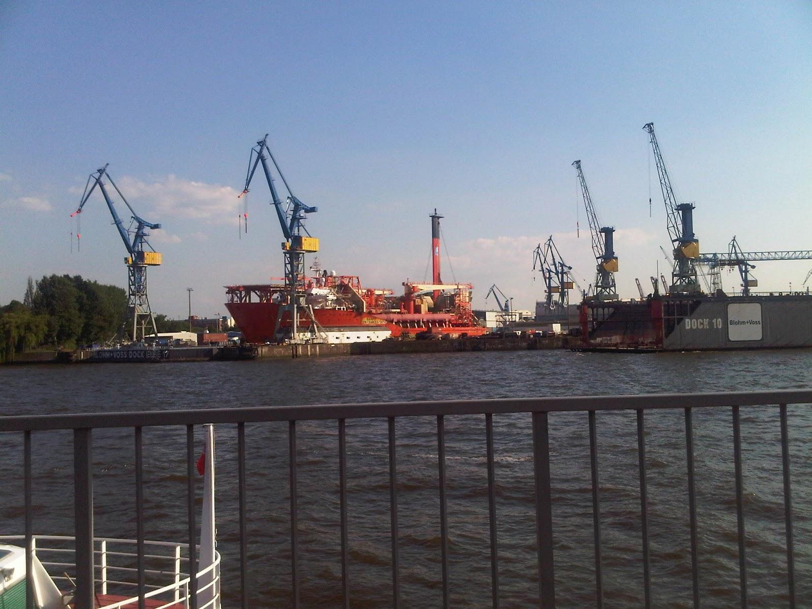Hamburger Hafen von den Landungsbrücken aus elbaufwärts