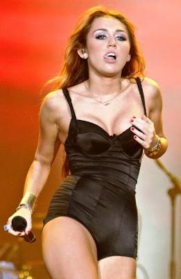 Miley-Cyrus-Bra-size