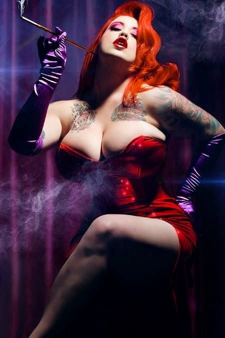 cosplay d'une voluptueuse jessica rabbit tatouée fumant