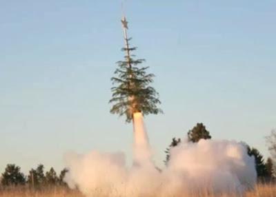 árvore de Natal transformada em um missil