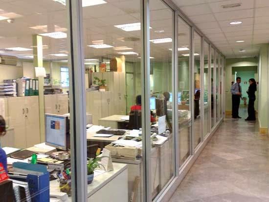 Mampara divisioria de oficina de vidrio. Modelo Diglass
