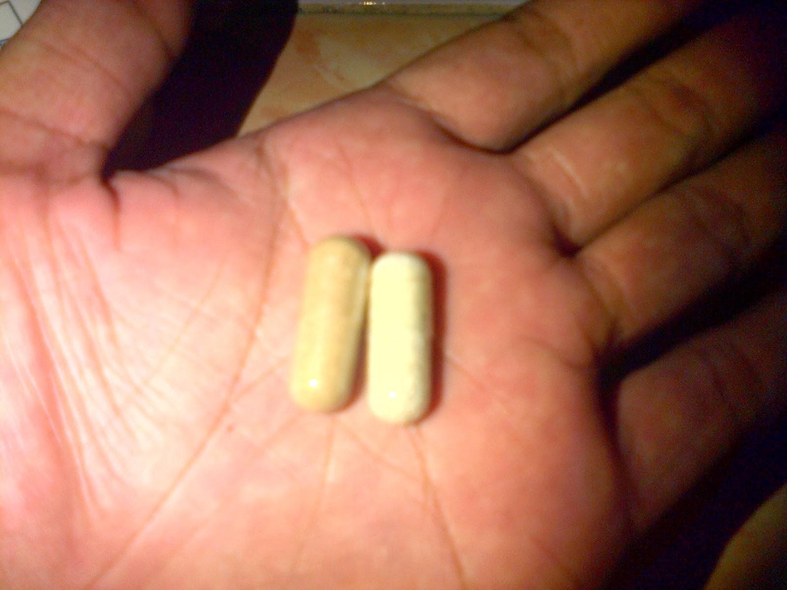 Vimax Herbal Pills Canada asli disebelah kiri yang berwarna hijau kecoklatan beraroma seperti jamu