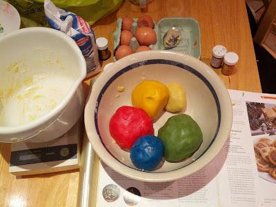 Teig für Chrome-Plätzchen teilen und mit Lebensmittelfarbe einfärben