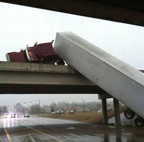 El camión que salio de la carretera