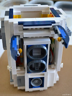 lego r2d2 - and things open and other things pop out