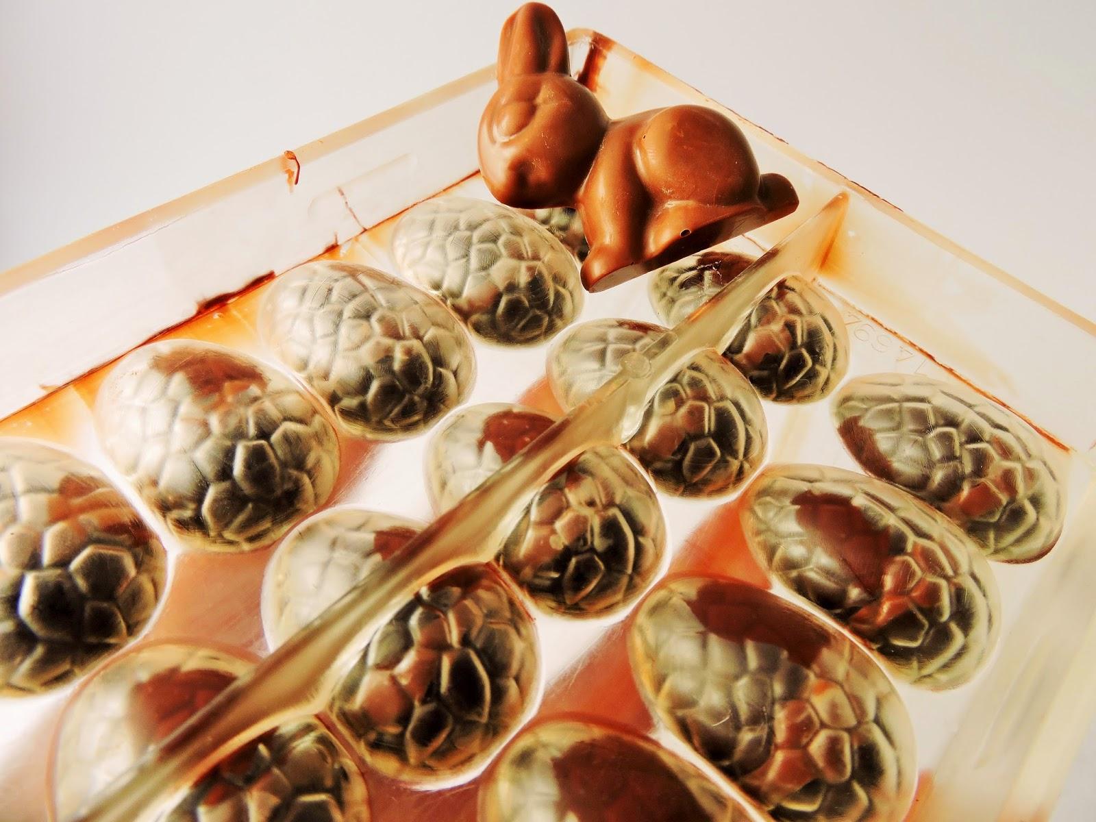 Lapin en chocolat et moules oeufs de Pâques