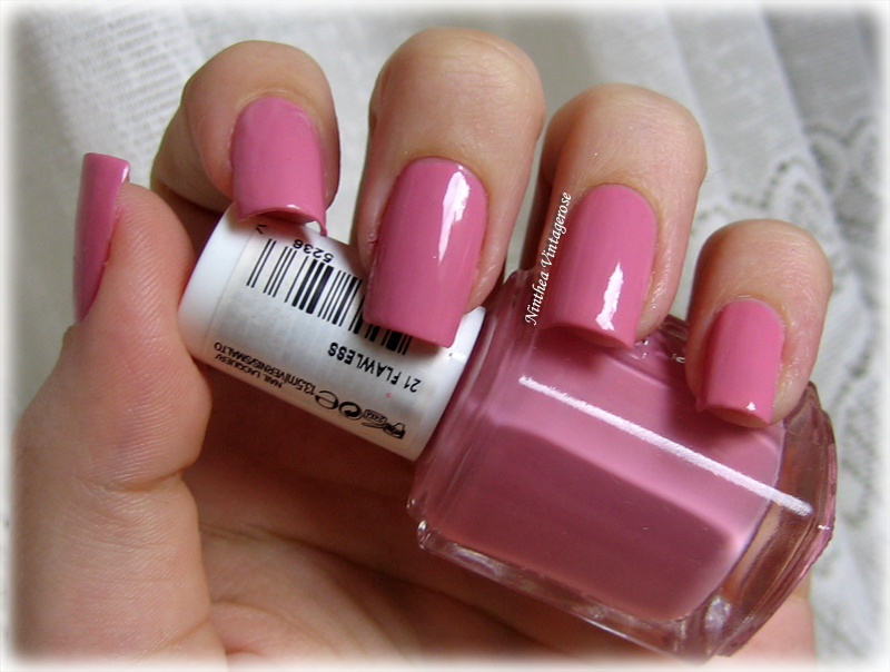 Secretly in love with nail polishes: Essie 21 flawless