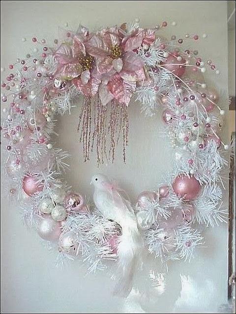 Corona navideña decorada con hilos y muñecos de fieltro