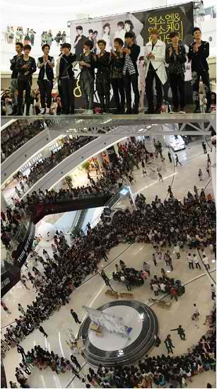 MAS DE 1000 PERSONAS REUNIDAS PARA LA PRIMERA FIRMA DE AUTOGRAFOS DE EXO!! POPULARIDAD IRREAL!!! 2u5b3t3