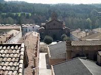 L'església de Sant Mateu enmig de la Colònia de l'Ametlla de Merola