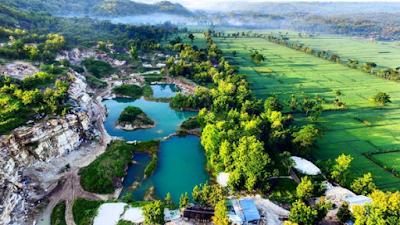 Foto Pemandangan Telaga Biru dari bekas tambang batu kapur di Gunungkidul
