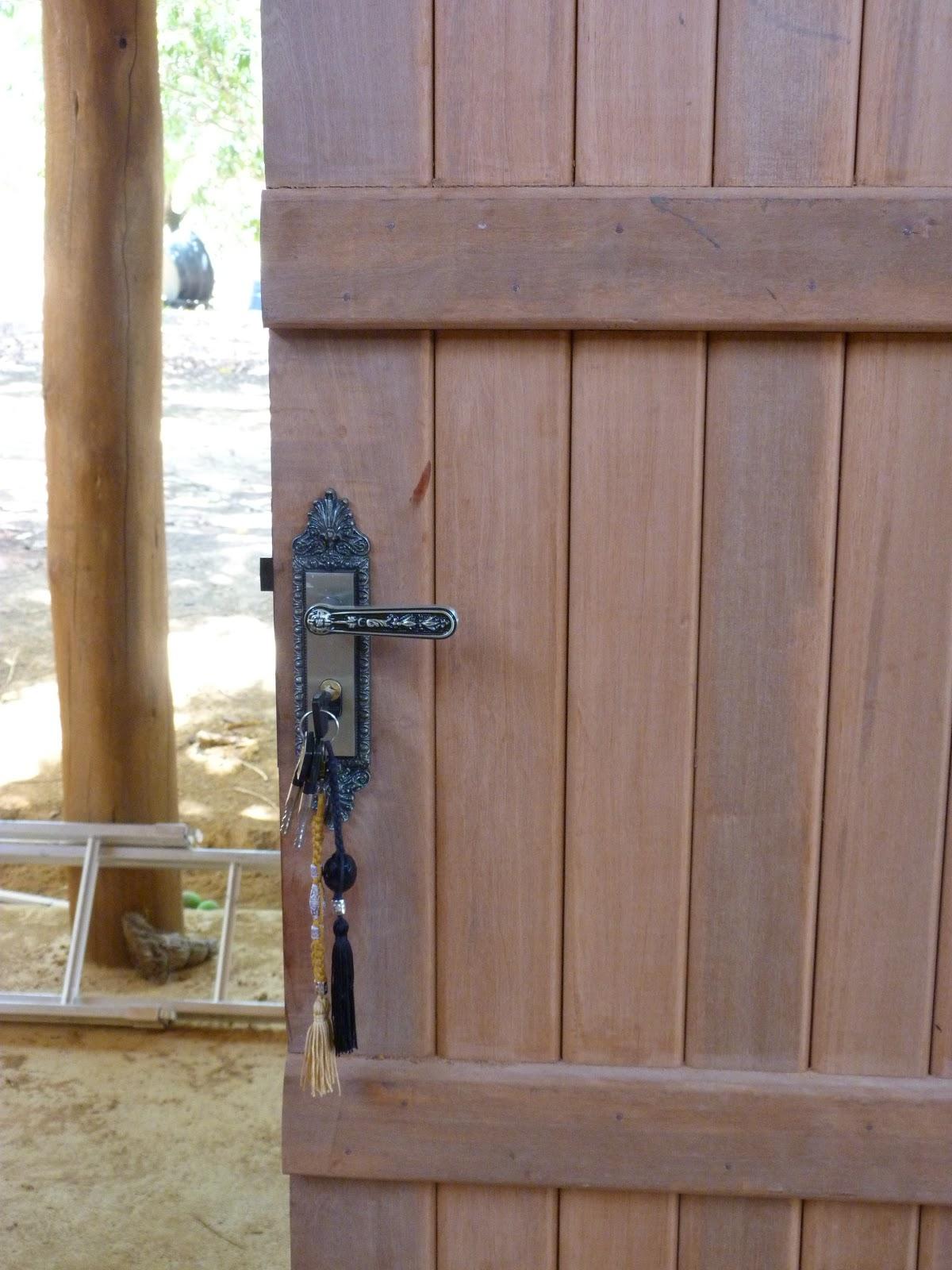 banheiro com duas portas