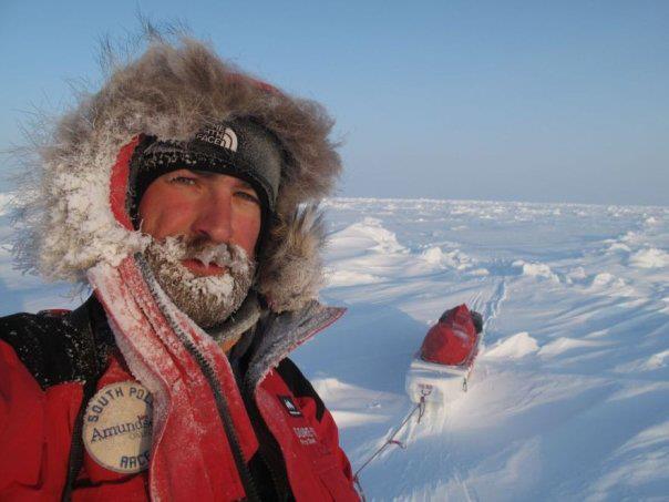 Arrastrando la pulka con víveres en la expedición Polo Norte.