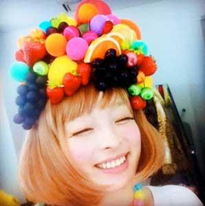 chica con sombrero de frutas