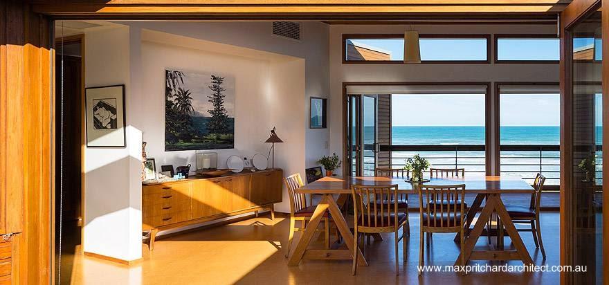 Vista interior de la planta alta de casa de playa contemporánea en Australia