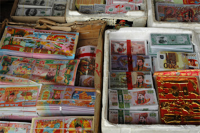 Phnom Penh: Chinese ghost money for sale at markt