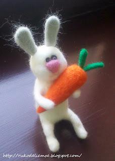 сухое валяние, зайчик из шерсти с морковкой